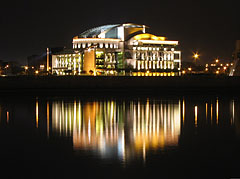 The night lights of the new National Theatre, viewed from the lower quay in Buda - Boedapest, Hongarije