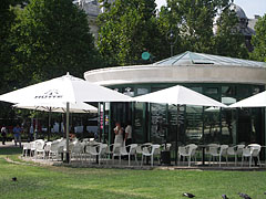 The Hütte Terrace restaurant in the middle of the Szabadság Square, in the building of the underground car park - Boedapest, Hongarije