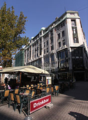 Terrace of a restaurant in the Vörösmarty Square, in front od the Art Nouveau Kasselik House apartment building - Boedapest, Hongarije