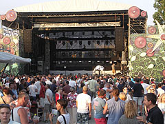 The stage of the Budapest Park open-air concert venue in the light of the setting sun - Boedapest, Hongarije