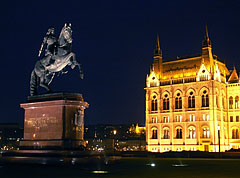 Statue of the Hungarian Prince Francis II Rákóczi in front of the Hungarian Parliament Building in the evening - Boedapest, Hongarije