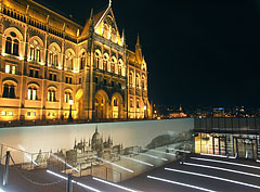 The entrance of the Visitor Center at the north side of the Hungarian Parliament Building - Boedapest, Hongarije