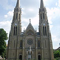The towers of the St. Elizabeth Church are 76 meters high - Boedapest, Hongarije
