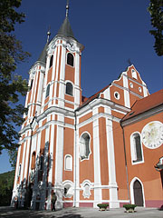 The brick-red and white colored baroque church of the Shrine in Máriagyűd - Máriagyűd, Hongarije