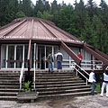 Conical-roofed reception building at the entrance of the Ochtinská Aragonite Cave (in Slovak: Ochtinská aragonitová jaskyňa) - Ochtiná (Martonháza), Slowakije
