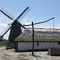 A shadoof or draw well and a sheepcote on the farmstead from Nagykunság, as well as the windmill from Dusnok - Szentendre, Hongarije