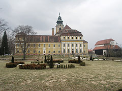 The Town Hall with the Mayor's Office (former Cistercian Abbey building) and the treatre, viewed from the park - Szentgotthárd, Hongarije