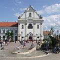 """The renovated main square of Vác with charming fountain and the baroque building of the Dominican Church (""""Church of the Whites"""", Fehérek temploma) - Vác, Hongarije"""