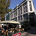 Terrace of a restaurant in the Vörösmarty Square, in front od the Art Nouveau Kasselik House apartment building - Budapest, Ungari