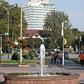 Fountain, and in the distance it is the tall building of the four-star Ramada Hotel & Resort Lake Balaton - Balatonalmádi, Ungarn