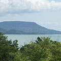 """The typical flat-topped Badacsony Hill and Lake Balaton, viewed from """"Szépkilátó"""" lookout point in Balatongyörök - Balatongyörök, Ungarn"""