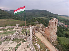 The view from above to the ruins of the Lower Castle, to the castle gate and the Clock Tower - Csesznek, Ungarn