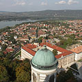 View from the top of the dome to the north: a bell tower, the town, the Danube and some hills on the other side of theriver - Esztergom, Ungarn