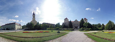 ××Thury Castle and the roman catholic church - Várpalota, Ungarn