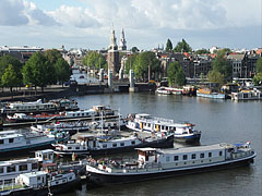 """The port, the Klikkerbilsluis sluice (this English word comes from the Dutch """"sluis""""), and the Montelbaan Tower behind it (at the beginning of the Oudeschans canal), viewed from the NEMO - أمستردام, هولندا"""
