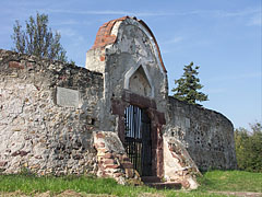 The stone wall of the fortified church with a gate - Balatonalmádi, هنغاريا