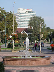 Fountain, and in the distance it is the tall building of the four-star Ramada Hotel & Resort Lake Balaton - Balatonalmádi, هنغاريا