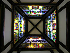 Stained-glass roof windows with bird species native to Hungary and Australia - بودابست, هنغاريا