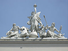 The allegorical statue on the top of the facade of the Keleti Railway Station - بودابست, هنغاريا