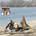 Spring sunbathing by the river - Dunakeszi, هنغاريا