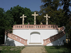 Grassalkovich Calvary, its red marble-walled interior was once a water reservoir - Gödöllő, هنغاريا