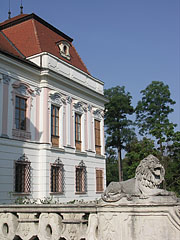 The Grassalkovich Palace with a stone sculpture of a lion - Gödöllő, هنغاريا