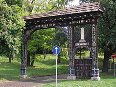 A Szekely gate welcomes the visitors at the entrance of the park - Gödöllő, هنغاريا