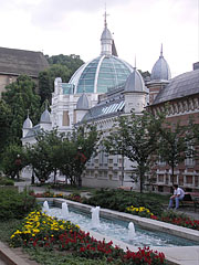 Park in the Erzsébet Square, as well as the showy modern all-glass dome of the Erzsébet Bath - Miskolc, هنغاريا