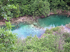 The blue and clear water of the Korana River in the bottom of the valley - Plitvice Lakes National Park, كرواتيا