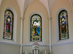 The stained-glass windows above the main altar of the Visitation of Our Lady Church were made in the glass workshop of Miksa Róth - Siófok, هنغاريا