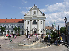 """The renovated main square of Vác with charming fountain and the baroque building of the Dominican Church (""""Church of the Whites"""", Fehérek temploma) - Vác, هنغاريا"""