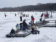 Ice skaters on the frozen Naplás Lake - ブダペスト, ハンガリー