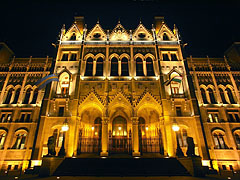 The eastern facade of the Hungarian Parliment Building overlooking the Kossuth Lajos Square - ブダペスト, ハンガリー