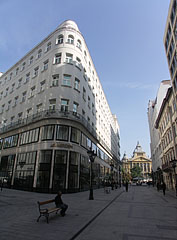 """The """"Fashion Street"""" pedestrian mall and the Art Nouveau building of the Hotel Le Méridien with its rounded corner - 부다페스트, 헝가리"""