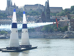 The French Nicolas Ivanoff is rushing with his plane over the Danube River in the Red Bull Air Race in Budapest - 부다페스트, 헝가리