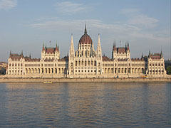 """The Hungarian Parliament Building (""""Országház"""") and the Danube River, viewed from the Batthyány Square - 부다페스트, 헝가리"""